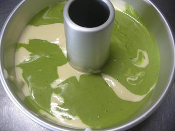 抹茶マーブルシフォンケーキ型に入れる.JPG