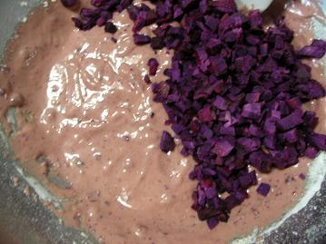卵黄に角切り紫芋入れる.JPG